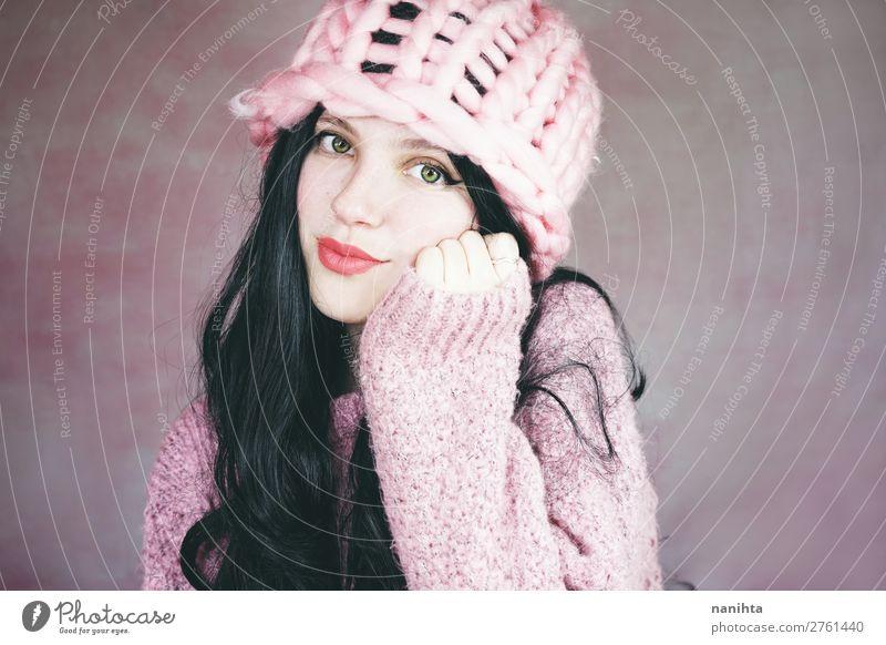 Schöne und ausdrucksstarke brünette Frau in rosa elegant Stil Freude schön Haare & Frisuren Haut Gesicht Kosmetik Schminke Wellness Mensch feminin Junge Frau