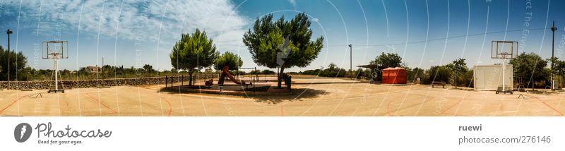 Spanisches Spielplatzpanorama Himmel blau Sommer Wolken Sport Spielen Sand hell braun Freizeit & Hobby Panorama (Bildformat) Spielplatz Basketball Kinderspiel Rutsche Sportgerät