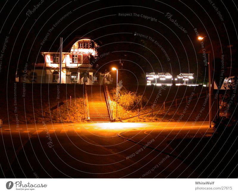 geisterbahnhof Nacht schlafen Bahnhof Laterne Straße dunkel Haus Geisterstunde Licht Schweiz Langzeitbelichtung Ostermundigen spukhaft