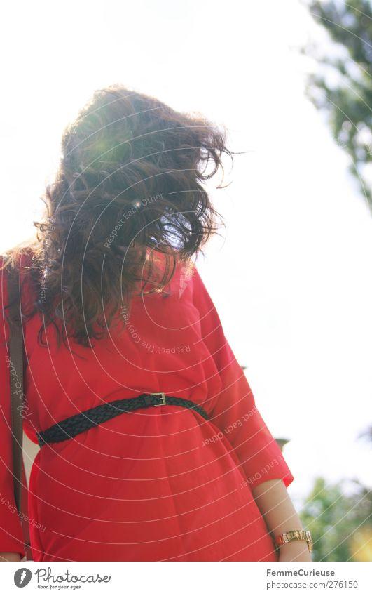 Verdeckt. Mensch Frau Natur Jugendliche Ferien & Urlaub & Reisen schön Sommer rot Erwachsene feminin Bewegung Junge Frau Haare & Frisuren Stil Park Wind