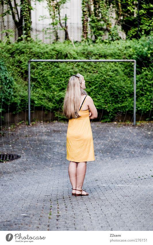 TOR! Mensch Natur Jugendliche Sommer Einsamkeit Erwachsene Landschaft gelb feminin kalt Junge Frau träumen blond 18-30 Jahre elegant frisch