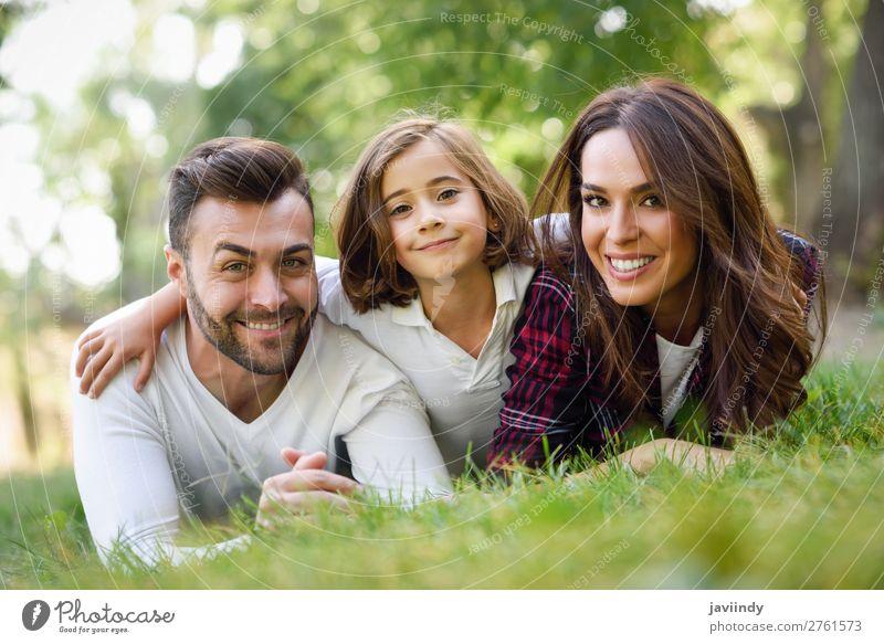 Glückliche junge Familie in einem Stadtpark Lifestyle Freude schön Sommer Kind Mensch Frau Erwachsene Mann Eltern Mutter Vater Familie & Verwandtschaft Kindheit
