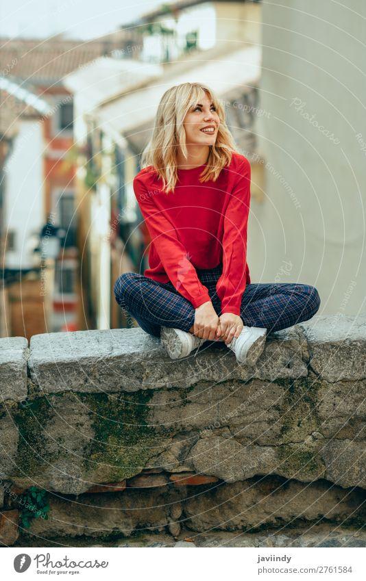 Frau Mensch Jugendliche Junge Frau schön weiß rot 18-30 Jahre Straße Lifestyle Erwachsene Herbst feminin Gefühle lachen Glück