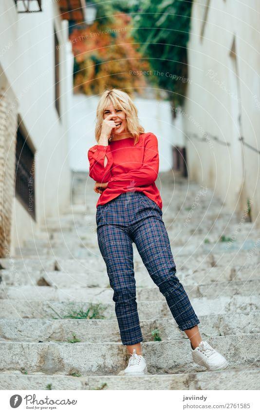 Fröhliche junge Frau lacht auf den Stufen auf der Straße. Lifestyle Stil Glück schön Haare & Frisuren Mensch feminin Junge Frau Jugendliche Erwachsene 1