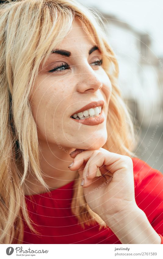 Junges blondes Mädchen mit schönen blauen Augen. Lifestyle Stil Glück Haare & Frisuren Mensch feminin Junge Frau Jugendliche Erwachsene 1 18-30 Jahre Straße