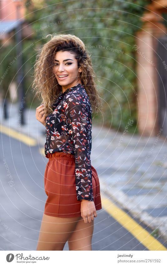 Glückliche junge arabische Frau mit schwarzer lockiger Frisur. Lifestyle Stil Freude schön Haare & Frisuren Mensch feminin Junge Frau Jugendliche Erwachsene 1