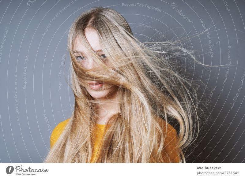 blonde Frau mit wehendem Haar Stil Mensch feminin Junge Frau Jugendliche Erwachsene 1 13-18 Jahre 18-30 Jahre Wind Sturm Haare & Frisuren langhaarig wild