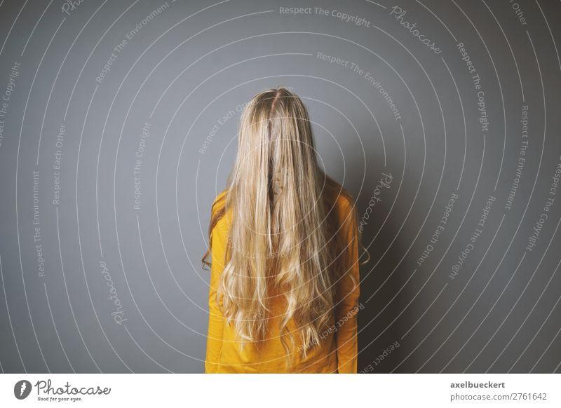 weiblicher Teenager versteckt Gesicht hinter Haaren Mensch feminin Mädchen Junge Frau Jugendliche Erwachsene 1 13-18 Jahre Haare & Frisuren blond langhaarig