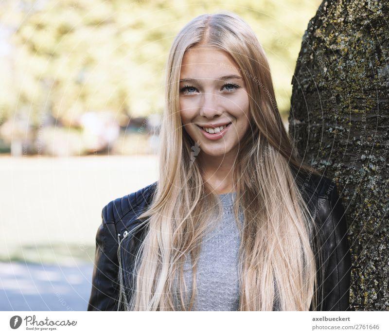 junge frau lehnt an baum Frau Mensch Natur Jugendliche Junge Frau Baum 18-30 Jahre Lifestyle Erwachsene Frühling feminin lachen Garten Freizeit & Hobby Park