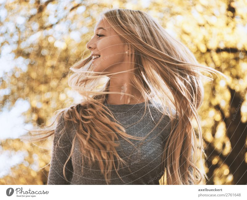 lebenslustige junge Frau schüttelt ihr Haar Mensch Natur Jugendliche Junge Frau Sonne Baum Freude Wald 18-30 Jahre Lifestyle Erwachsene Herbst feminin Bewegung