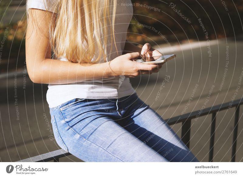 junge Frau benutzt Smartphone Lifestyle Freizeit & Hobby Telefon Handy PDA Technik & Technologie Telekommunikation Internet Mensch feminin Junge Frau