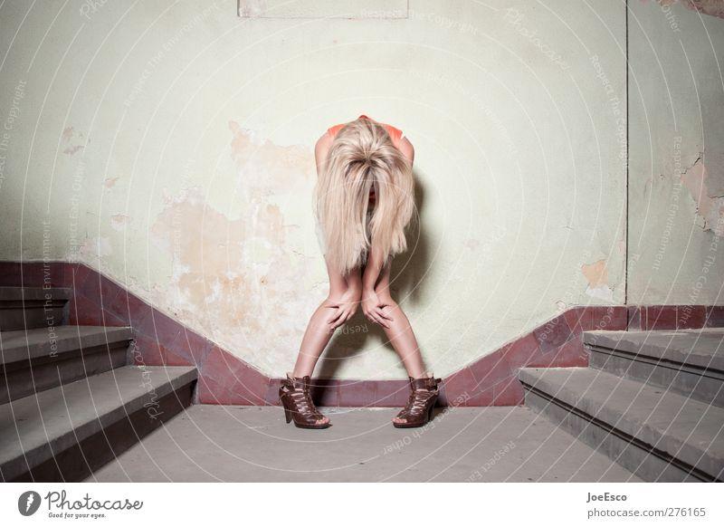 #232614 Frau Erwachsene Leben Mensch 18-30 Jahre Jugendliche Mauer Wand Treppe Damenschuhe blond langhaarig Erholung stehen Traurigkeit außergewöhnlich dunkel