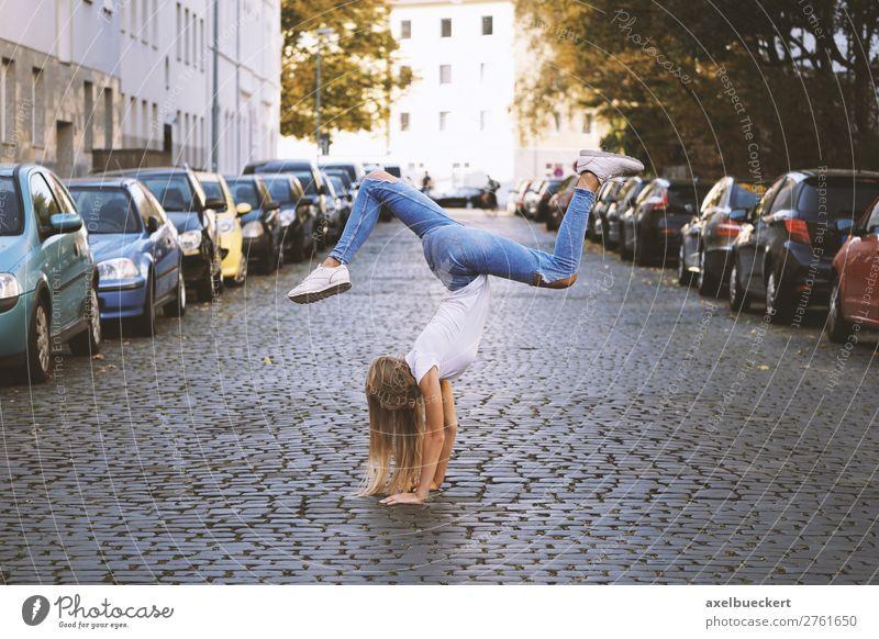 junge Frau macht Handstand mitten auf der Straße Mensch Jugendliche Junge Frau Freude Mädchen 18-30 Jahre Lifestyle Erwachsene Leben feminin Sport