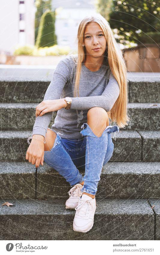 Weiblicher Teenager Sitzt Draussen Auf Treppe Ein Lizenzfreies