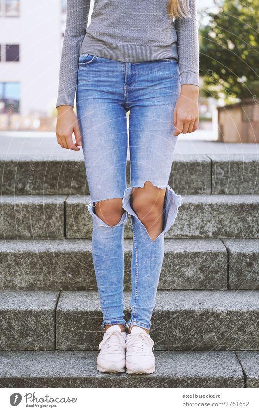 Ripped Jeans Mode Trend Frau Mensch Jugendliche Junge Frau Mädchen 18-30 Jahre Beine Erwachsene feminin Treppe 13-18 Jahre modern stehen Bekleidung kaputt
