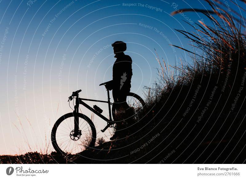 Silhouette eines Radfahrers mit Fahrrad bei Sonnenuntergang. Sport Lifestyle Erholung Freizeit & Hobby Abenteuer Sommer Berge u. Gebirge Fahrradfahren maskulin