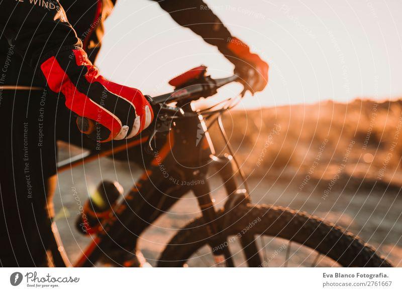 Nahaufnahme Radfahrer Handschuh und Lenker, Mann Reitrad, Sport Lifestyle Erholung Abenteuer Sommer Sonne Berge u. Gebirge Fahrradfahren Erwachsene Natur