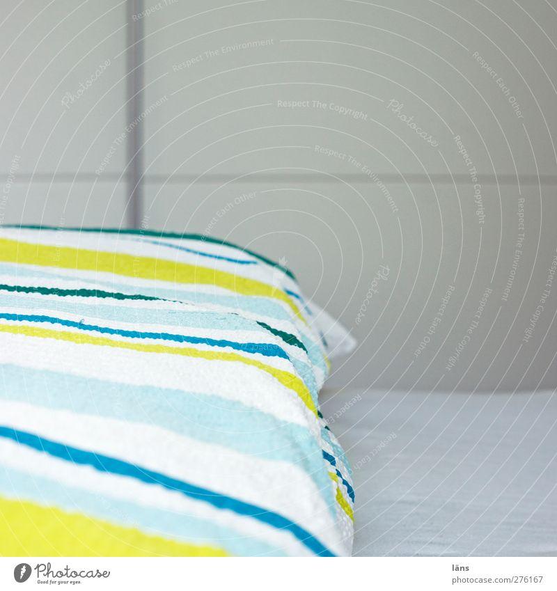 gestreift Häusliches Leben Wohnung Bett Raum Schlafzimmer hell Bettwäsche Decke Bettlaken Sauberkeit Gesundheitswesen Innenaufnahme Muster Menschenleer
