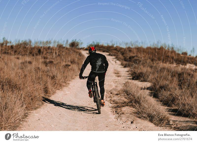 Radfahrer mit dem Fahrrad bei Sonnenuntergang. Sportkonzept. Lifestyle Erholung Freizeit & Hobby Abenteuer Sommer Berge u. Gebirge Fahrradfahren maskulin