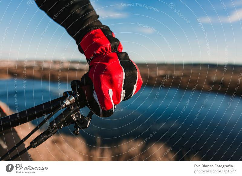 Nahaufnahme von Fahrradhandschuh und Lenker.Sports Lifestyle Erholung Freizeit & Hobby Abenteuer Sommer Sonne Berge u. Gebirge Fahrradfahren maskulin