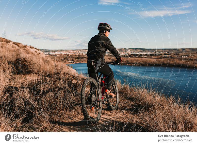 Radfahrer mit dem Fahrrad bei Sonnenuntergang. Sport Lifestyle Erholung Freizeit & Hobby Ausflug Abenteuer Sommer Berge u. Gebirge Fahrradfahren maskulin