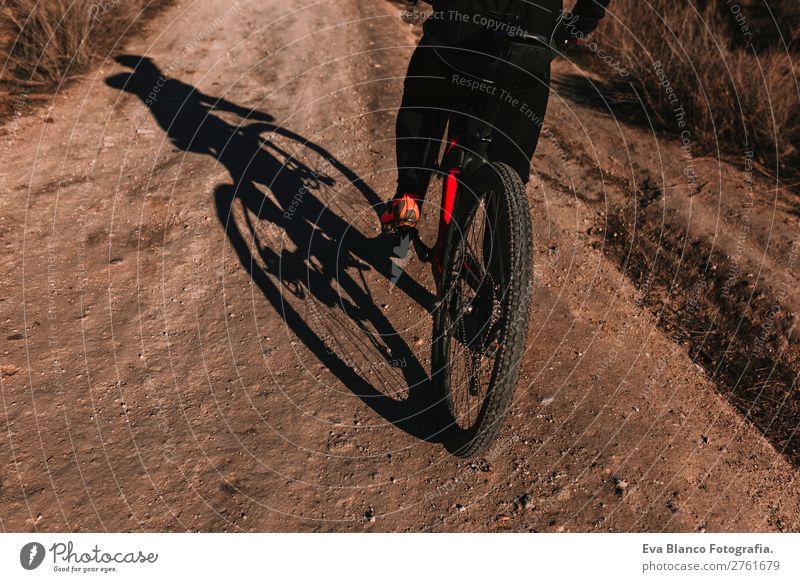 Radfahrer mit dem Fahrrad bei Sonnenuntergang. Sport Lifestyle Erholung Freizeit & Hobby Abenteuer Sommer Berge u. Gebirge Fahrradfahren maskulin Junger Mann