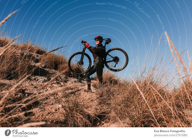 Mensch Himmel Natur Jugendliche Mann Sommer Junger Mann Landschaft rot Sonne Erholung Freude Berge u. Gebirge schwarz Lifestyle Erwachsene