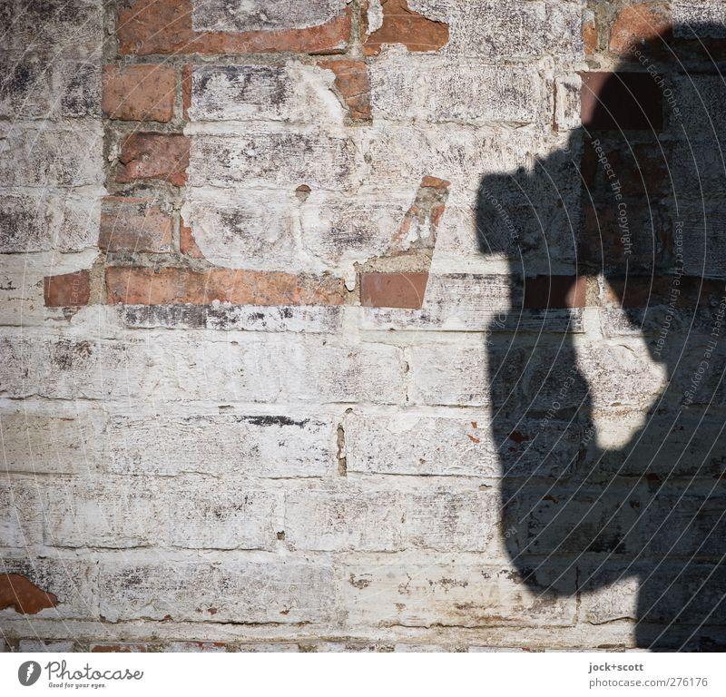 E / exakt fokussieren Mensch weiß schwarz Wand Mauer Stein braun Freizeit & Hobby Perspektive Schriftzeichen Kreativität Coolness einzigartig fest entdecken nah