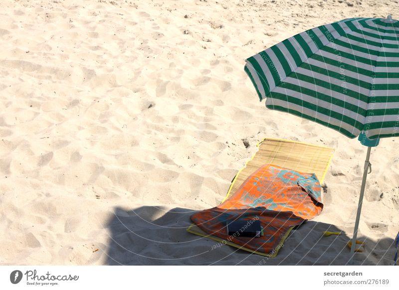 wenigstens auf dem foto: der sommer! Ferien & Urlaub & Reisen grün Sommer Strand Einsamkeit ruhig Erholung gelb Wärme Sand orange Zufriedenheit Freizeit & Hobby Buch Platz Streifen