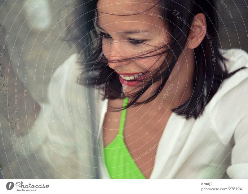 windy feminin Junge Frau Jugendliche 1 Mensch 18-30 Jahre Erwachsene Wind brünett Fröhlichkeit schön lachen Farbfoto Außenaufnahme Tag Schwache Tiefenschärfe
