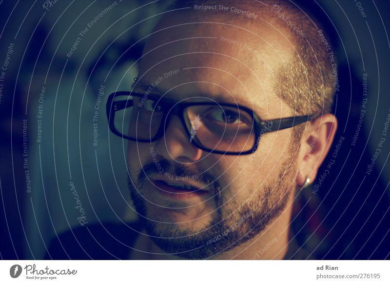 Das Positive am Skeptiker ist, dass er alles für möglich hält. Mensch Jugendliche ruhig Erwachsene Gesicht Haare & Frisuren Glück Kopf Junger Mann Kraft 18-30 Jahre Haut elegant maskulin Brille Neugier