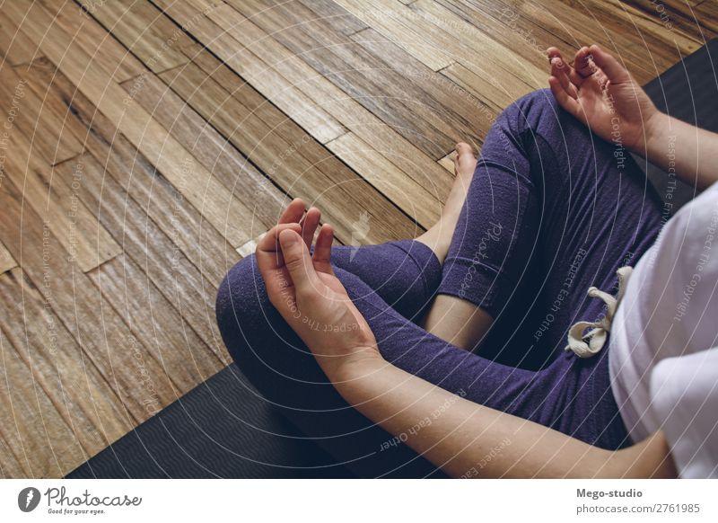 Frau, die Yoga übt, indem sie die Halblotus-Pose mit Mudra macht. Lifestyle Körper Wellness Erholung Meditation Sport Mensch Erwachsene Fitness sitzen üben