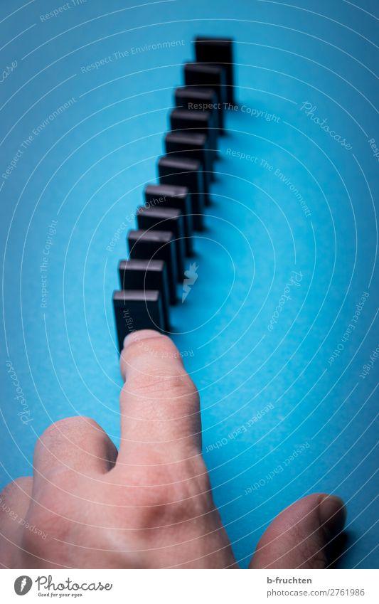 Dominosteine Bildung Werbebranche Business Karriere Erfolg Mann Erwachsene Hand Finger Spielzeug Kunststoff Netzwerk wählen gebrauchen berühren blau schwarz