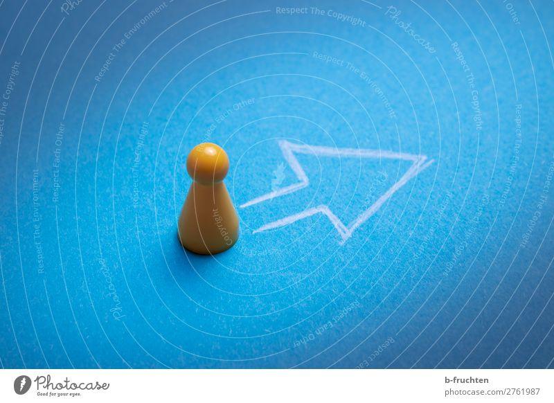 Vorwärts Bildung lernen Business Karriere Erfolg Papier Spielzeug Zeichen Pfeil wählen gehen Kommunizieren zeichnen stehen warten blau gelb selbstbewußt