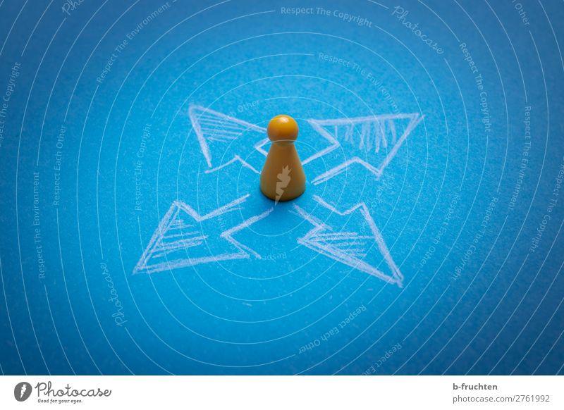 Wohin gehts? Bildung Werbebranche Business Karriere Kompass Spielzeug Zeichen Pfeil wählen blau gelb Beginn Ziel Zukunft Spielfigur richtungweisend Richtung