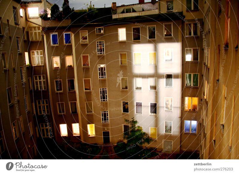 Fensterkreuz alt Haus Wand Architektur Mauer Gebäude Beleuchtung Wohnung Fassade Häusliches Leben Bauwerk Etage Stadtzentrum Hauptstadt Hinterhof