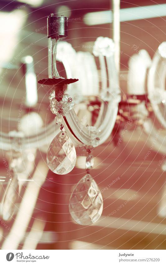 Verzaubert Lampe Kronleuchter Kandelaber Kristalle alt elegant Kitsch Nostalgie schön altmodisch Glas kristallleuchter Farbfoto Gedeckte Farben Außenaufnahme