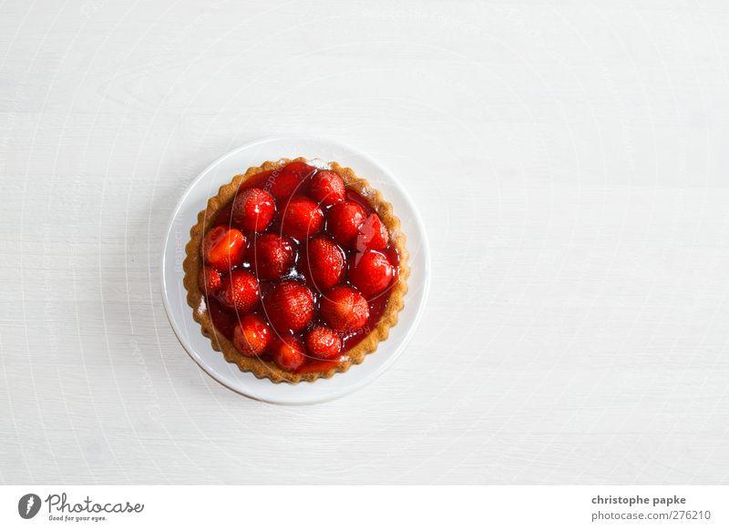 Sonntag-Nachmittag rot Ernährung Frucht frisch Tisch süß Süßwaren Kuchen Teller Bioprodukte Backwaren Erdbeeren Dessert Teigwaren Erdbeertorte Kaffeetrinken