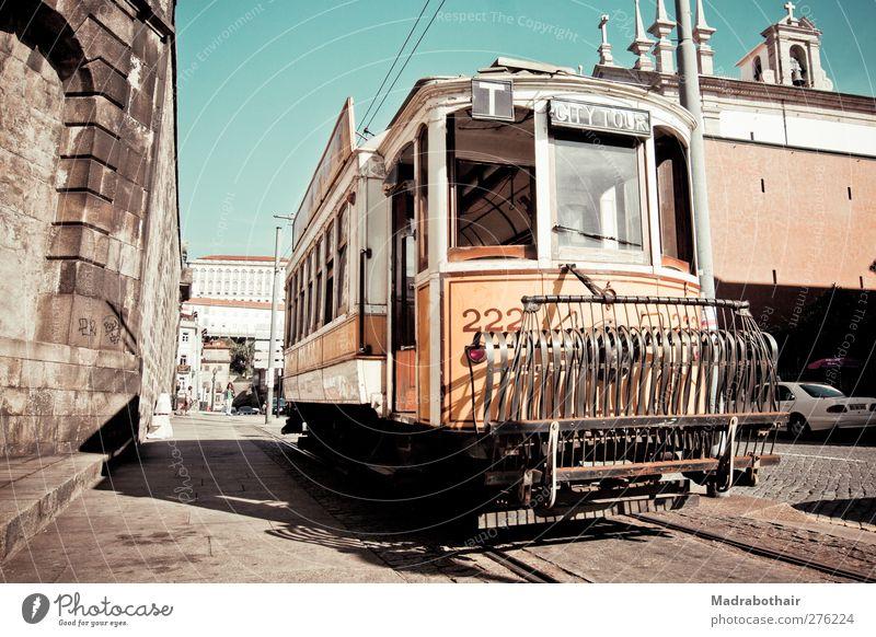 alte Straßenbahn in Porto Stadt Haus Zeit Verkehr Europa Wandel & Veränderung retro Vergänglichkeit Gleise Stadtzentrum Nostalgie Tradition Straßenverkehr