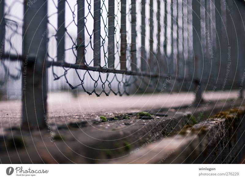 Ein Zaun Wuppertal Bundesadler Europa Stadt Stadtrand Brücke Tor Bauwerk Architektur Zaunpfahl stachelig Stacheldrahtzaun Metall Mauer Wand hässlich Unschärfe