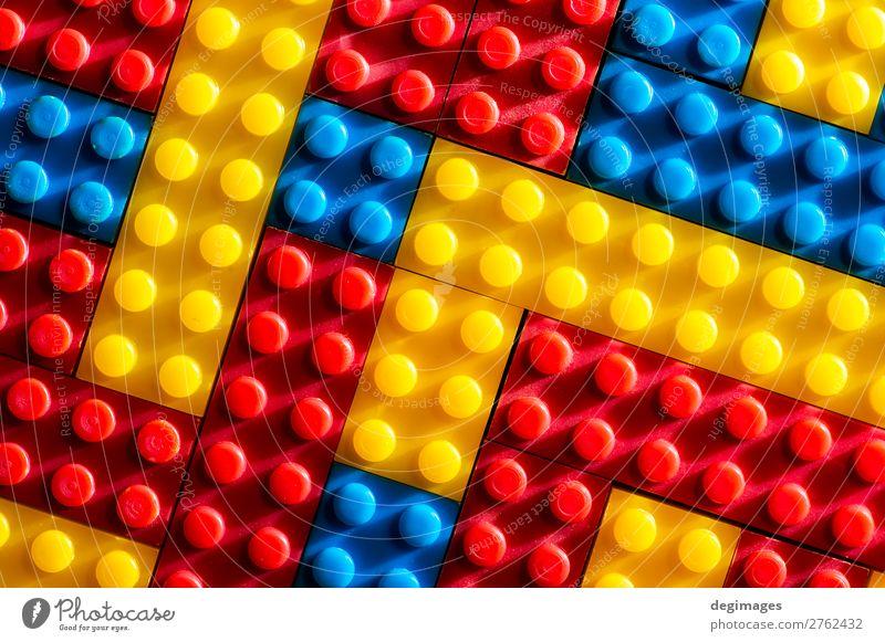 Kind Farbe Freude Gebäude Spielen Menschengruppe Design Freizeit & Hobby Kindheit Aktion Kreativität Kunststoff Spielzeug Backstein Entwurf bauen