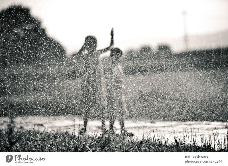 Regenspaß Kind Mädchen Junge Geschwister Freundschaft Kindheit 2 Mensch 3-8 Jahre Landschaft Wasser Wassertropfen Sommer Schönes Wetter Feld genießen Spielen