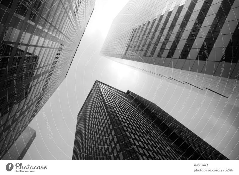 Wolkenkratzer Börse Architektur New York City Hauptstadt Menschenleer Haus Hochhaus Gebäude groß hoch schwarz weiß Fortschritt Risiko Nebel Schwarzweißfoto
