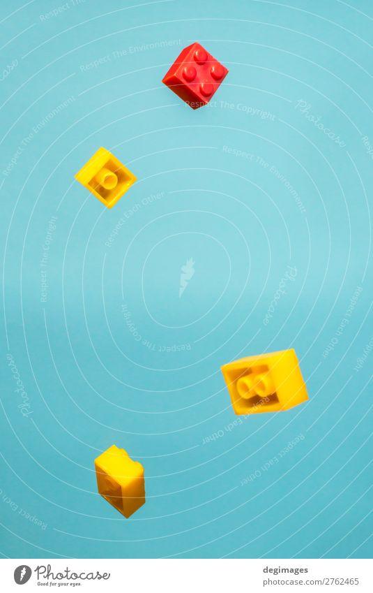 Schwebende geometrische Kunststoffwürfel in der Luft. Bauspielzeug Design Spielen Kind Kindheit Spielzeug Backstein bauen Bewegung blau Farbe Blöcke fliegend