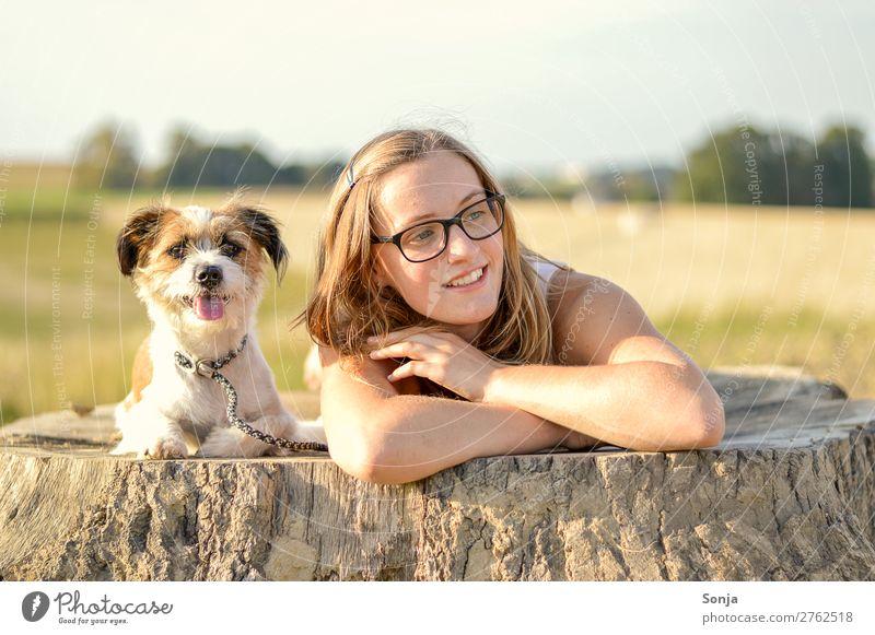 Junge Frau mit enem Hund auf einem Baumstamm Lifestyle Freizeit & Hobby Ausflug Sommer feminin Jugendliche Leben 1 Mensch 18-30 Jahre Erwachsene Landschaft