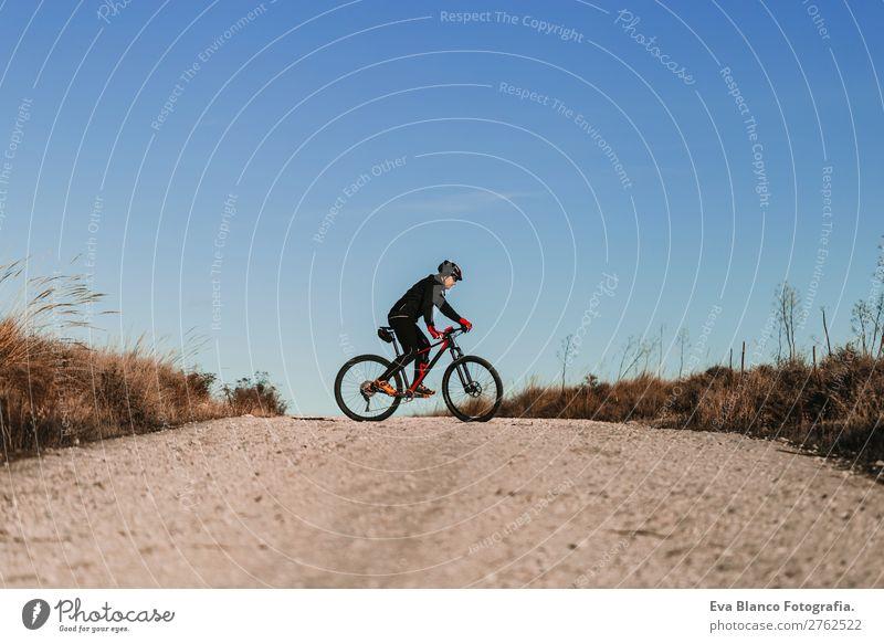 Radfahrer mit dem Fahrrad bei Dunkelheit. Sport Lifestyle Freizeit & Hobby Abenteuer Sommer Sonne Berge u. Gebirge Fahrradfahren maskulin Junge Frau Jugendliche