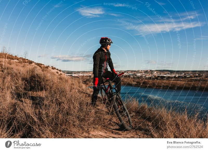 Mensch Himmel Natur Jugendliche Mann Sommer blau Junger Mann Landschaft rot Sonne Erholung Freude Winter Berge u. Gebirge schwarz
