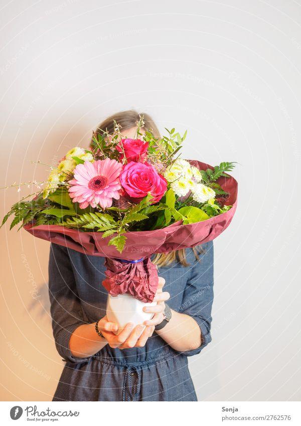 Junge Frau mit Blumenstrauß vor dem Gesicht Lifestyle Stil Valentinstag Muttertag Geburtstag Jugendliche Leben Hand 1 Mensch 18-30 Jahre Erwachsene Duft schön