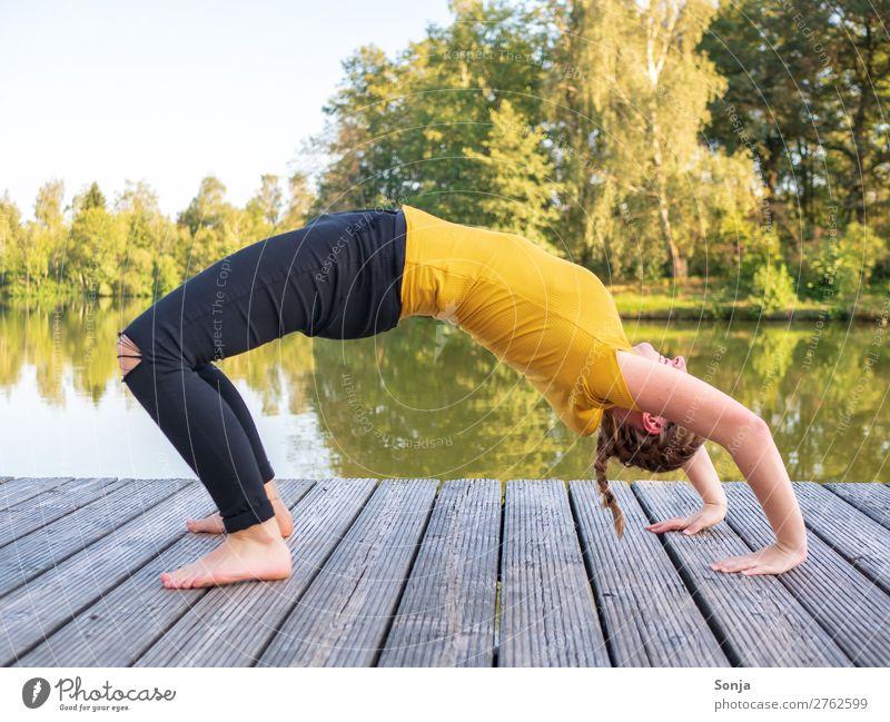 Junge Frau macht eine Brücke am See Lifestyle sportlich Fitness Wohlgefühl Sommer Sport-Training feminin Jugendliche Leben 1 Mensch 18-30 Jahre Erwachsene Natur