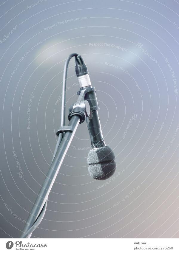 mikrostock-fotografie Musik Medienbranche Mikrofon Mikrofonkabel Mikrofonständer Unterhaltungselektronik Podcast Konzert blau grau Kultur Schallwandler
